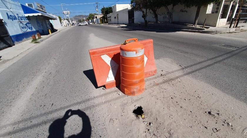 En las calles Nácori Chico y Bernardo Reyes se formó un socavón, según señalan los vecinos, desde noviembre.(Gamaliel González)