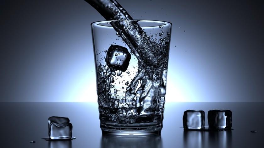 Es importante saber que si no te gusta tomar agua le puedes agregar unas rodajas de naranja. Evita el consumo de bebidas azucaras y jugos, esto no reemplaza la ingesta de agua.(Pixabay)
