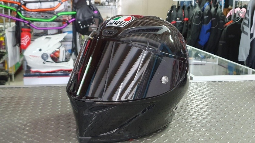 Hay cascos que cuestan hasta 35 mil pesos, pero están certificados y brindan mayor protección al usuario.(Jorge López)