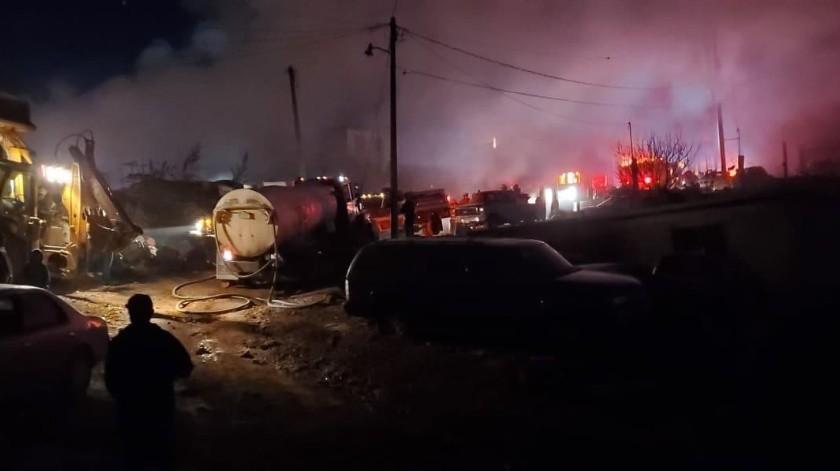 Un fuerte incendio arrasó con autos chatarra de un yunke y algunas propiedades en un cerro de Nogales.(Rubén Ruiz)