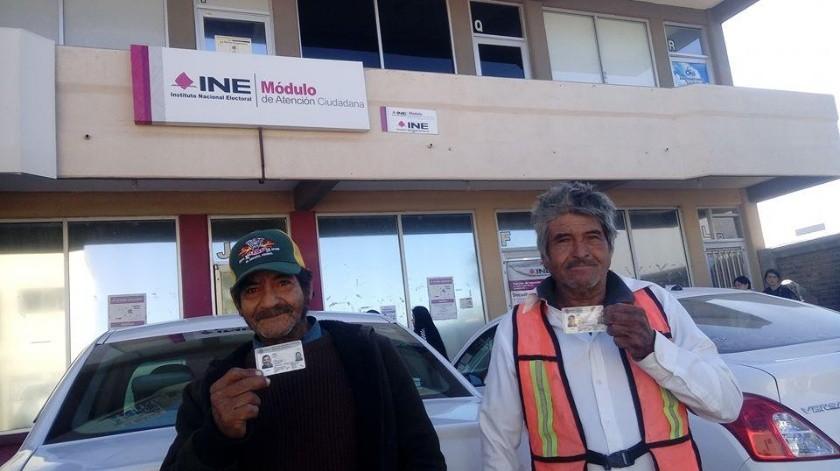 Dos de los hermanos Sánchez Vaca muestran su primera credencial de elector.(Mayra Echevería)
