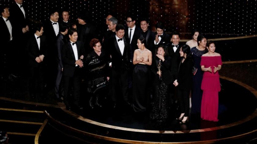 El elenco de la cinta subió a recibir el galardón.