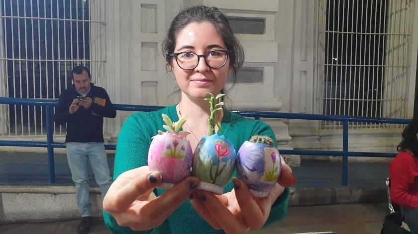 Pequeños cactus lucen en cáscaras de huevo decoradas con paisajes y en latas. Paula Preciado Paredes, es la creadora de esta idea.(Gamaliel González)