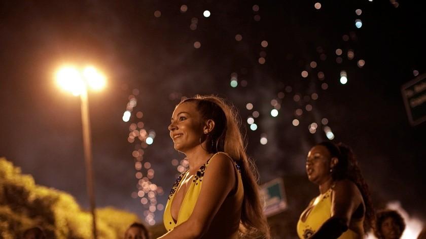 Una vez a la semana, se unen al ensayo general de Paraíso de Tuiuti en la calle que lleva a la escuela. Passistas y percusionistas, todos vestidos de amarillo, convierten por un instante la oscura avenida en un Sambódromo a pequeña escala.(AP)