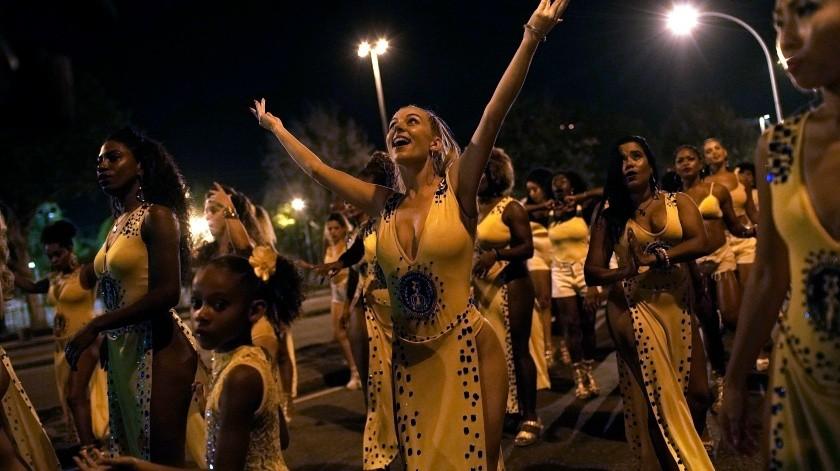 Jessica Hahn-Chaplin, de Bristol, Inglaterra, baila durante un ensayo de la escuela de samba Paraíso de Tuiuti en Río de Janeiro, Brasil.(AP)