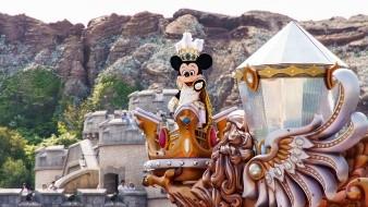 Disneyland elevó los precios de algunos de sus boletos y pasaportes anuales al introducir un sistema ampliado de precios escalonados este martes.