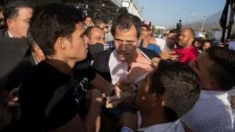 El político de 36 años arribó a Venezuela sobre las 17.00 hora local (21.00 GMT) y fue recibido por varias decenas de diputados.