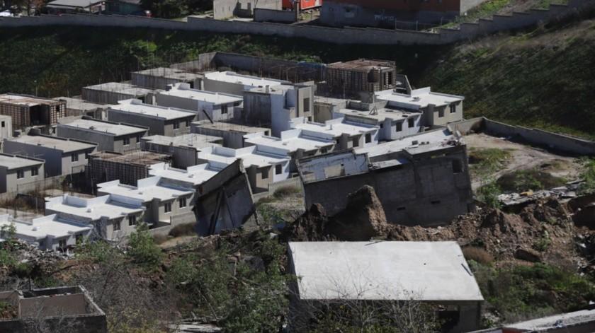 Pese al derrumbe, las casas del fraccionamiento Valle del Pedregal se siguieron construyendo.