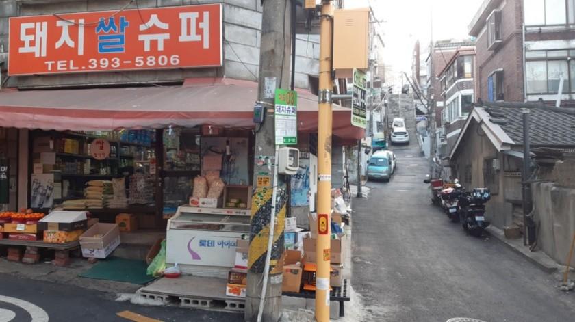 Imagen de la tienda de alimentación de Kim Kyung-soon, donde se rodó la secuencia en la que los personajes de Ki-woo y Min beben juntos al inicio de la película 'Parasite'.(EFE)
