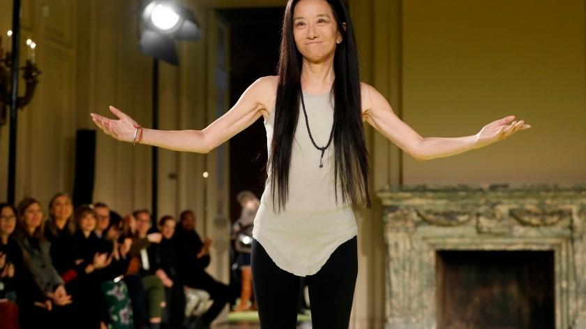 La diseñadora Vera Wang agradece el aplauso del público al final de la presentación de su nueva colección en la Semana de la Moda de Nueva York(AP)