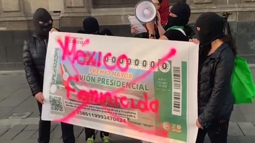 Encapuchadas protestaron afuera de Palacio Nacional por el alto índice de feminicidios.