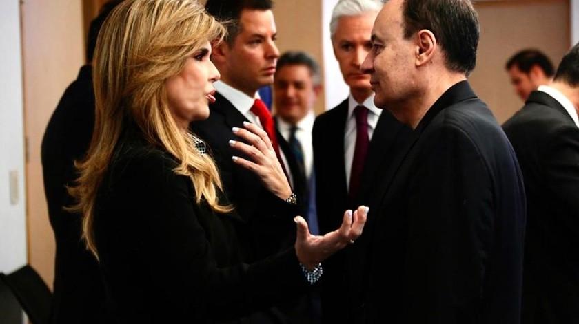 La gobernadora Claudia Pavlovich platica con Alfonso Durazo Montaño, secretario de Seguridad y Protección Ciudadana.(EL IMPARCIAL)