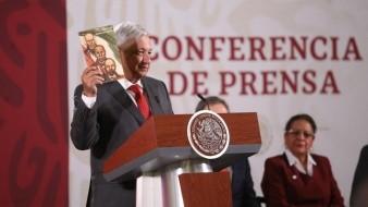 El presidente Andrés Manuel López Obrador (izq.) recordó que fue hace 60 años que la primera edición de los libros de texto gratuitos fueron entregados.
