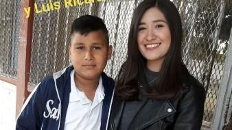 Nadie quería ser su pareja, maestra acompaña a alumno y ganan concurso de San Valentín