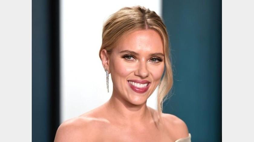 Scarlett Johansson durante la fiesta de la revista Vanity Fair después de los Premios Óscar.(Twitter)