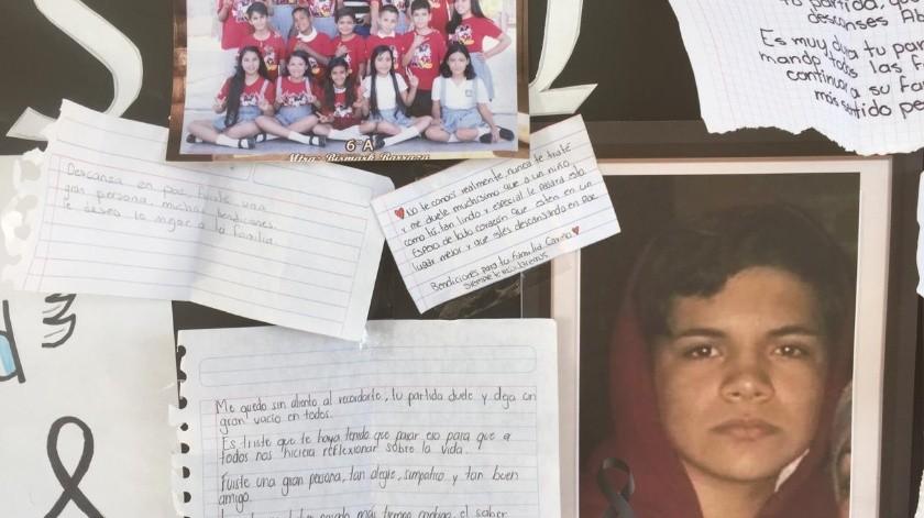 Abisai, de 14 años de edad, falleció atropellado en el bulevar Beltrones (antes De los Ganaderos) y sus compañeros de escuela expresaron su sentir en un periódico mural.(Leonor Hernández)