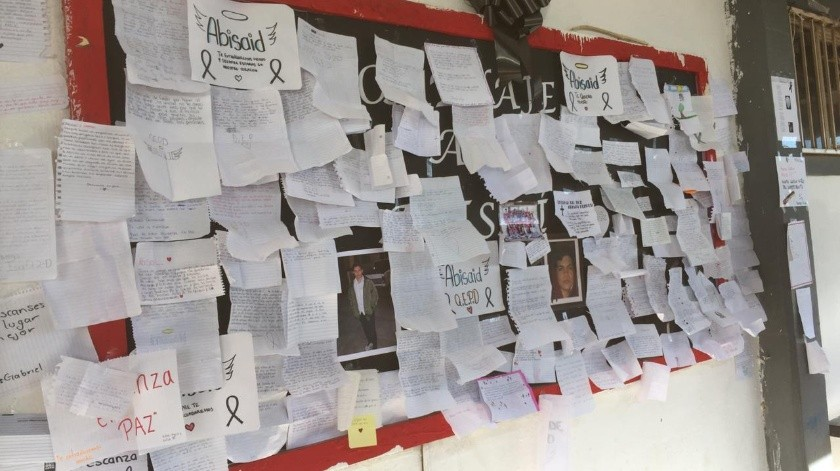 Muchos mensajes de despedida y para recordar los buenos momentos que pasaron juntos son los que escribieron en el periódico mural para Abisai.(Leonor Hernández)