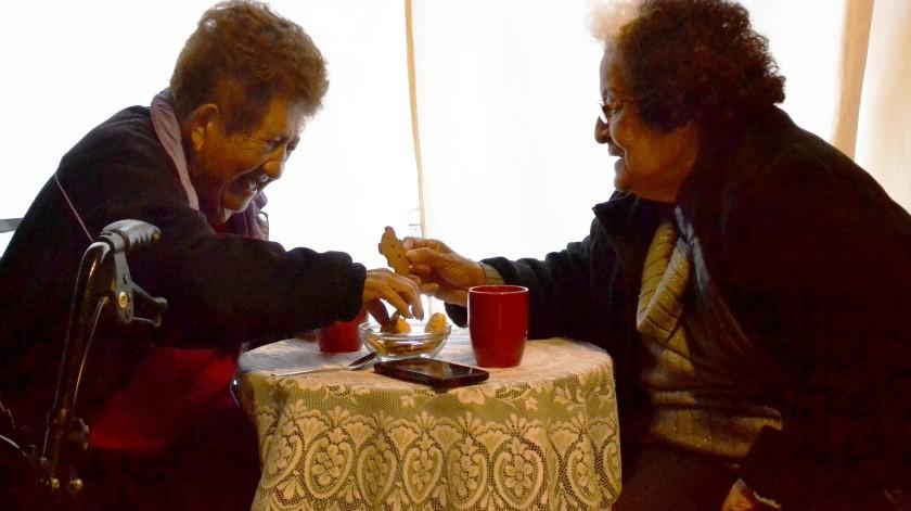 Dora Treviño y Sara Moreno se reúnen los viernes para platicar y pasar un buen momento.(Diyeth Arochi)