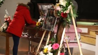 El cuerpo de Marbella se colocó en un ataúd rosa, el cual era su color favorito; agregaron flores y fotografías.