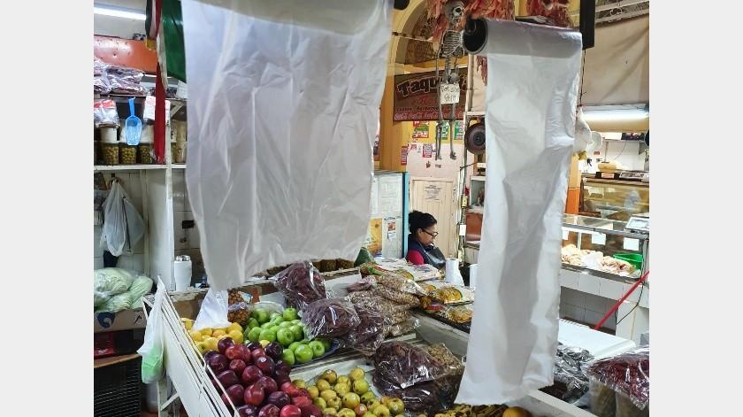 En el Mercado Municipal de Hermosillo aún siguen vendiendo las frutas y verduras y diversos productos en bolsas de plástico.(Julián Ortega)