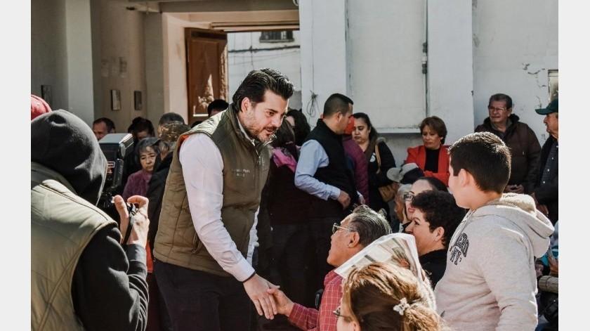 El alcalde de Nogales, Jesús Pujol Irastorza, saludó a las personas que acudieron por sus apoyos.(Especial)