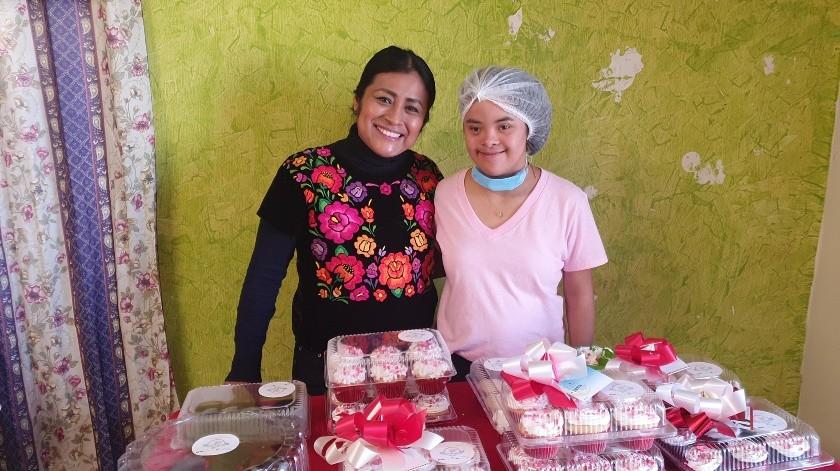 Milagros Andrea Gamboa y su orgullosa mamá, Andrea Santiago, muestran parte del trabajo que realizó 'Mili' para este 14 de febrero.(Gamaliel González)