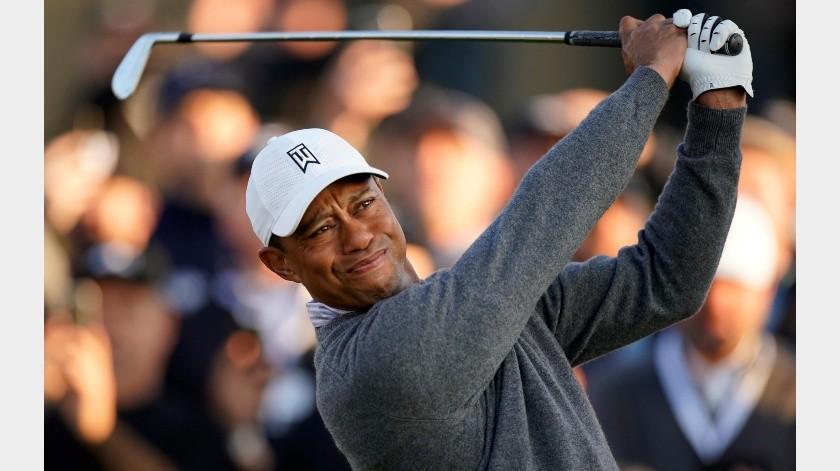 Tiger Woods golpea la pelota en el 10mo hoyo durante la segunda ronda del torneo de golf Genesis Invitational en el Riviera Country Club, el 14 de febrero de 2020, en Pacific Palisades, Los Ángeles.