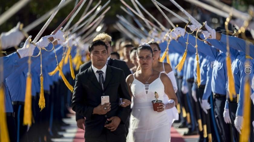 Varias parejas participan en una boda masiva, como parte de la celebración del Día de San Valentín en Managua.(EFE)