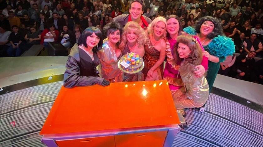 """Así celebraron en el teatro los once años de la obra musical """"Mentiras"""".(Cortesía Twitter)"""