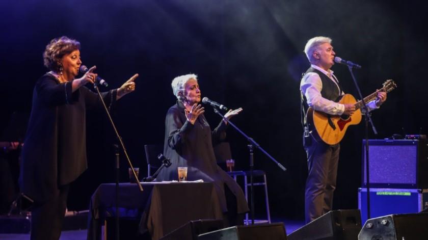 Amaya, Estíbaliz, Iñaki y Carlos, acompañados de cuatro músicos, hicieron un recorrido musical por cinco décadas de trayectoria que los avala como uno de los grandes de la canción hispanoamericana.(Gustavo Suárez)