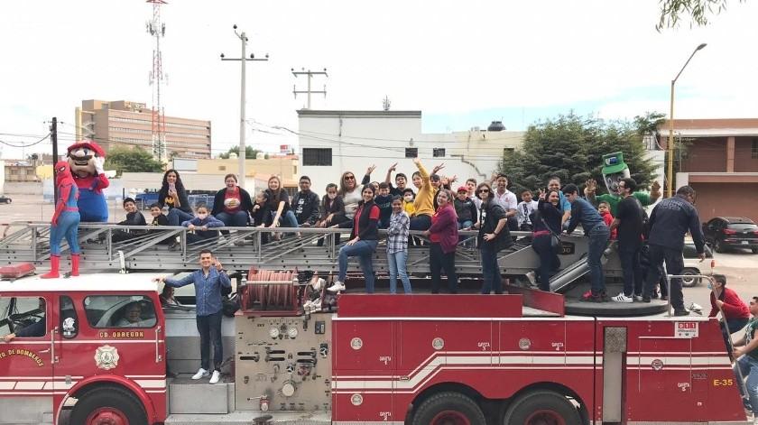 Vestidos de superhéroes y sobre una bombera conmemoraron el Día Internacional de la Lucha contra el Cáncer Infantil en Obregón(Mayra Echeverría)