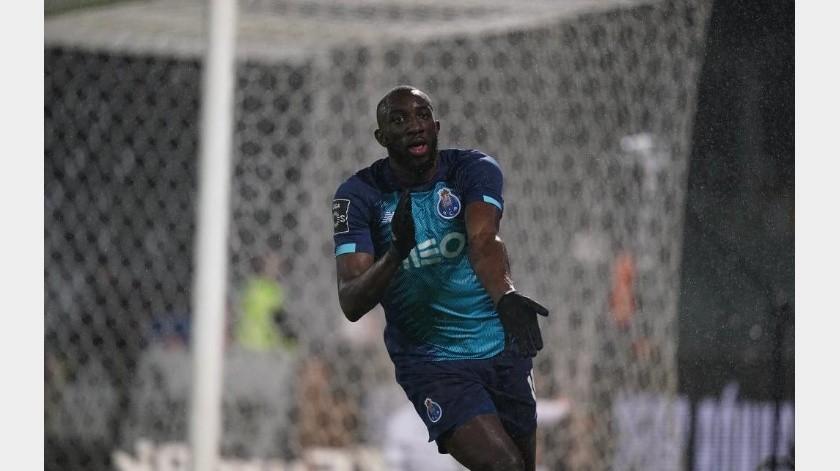 Jugador del Porto dejó la cancha tras recibir insultos racistas.(Twitter)