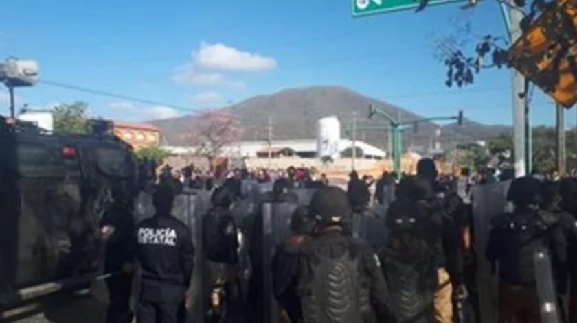 Normalistas se enfrentan a policías en Chiapas(Especial)