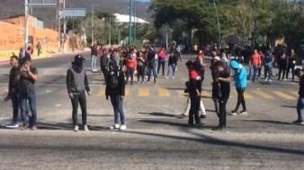 Segob pide investigar agresión contra padres de 43 y normalistas en Chiapas
