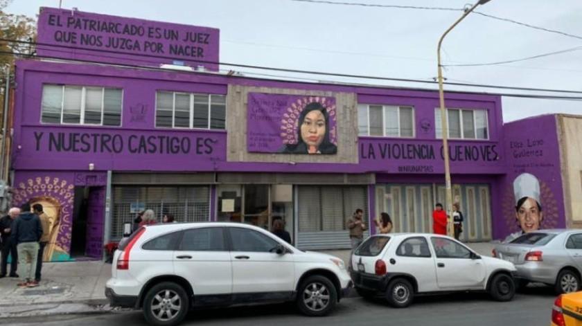 Activista pinta mural contra feminicidios en su casa; alcalde la multa(Especial)
