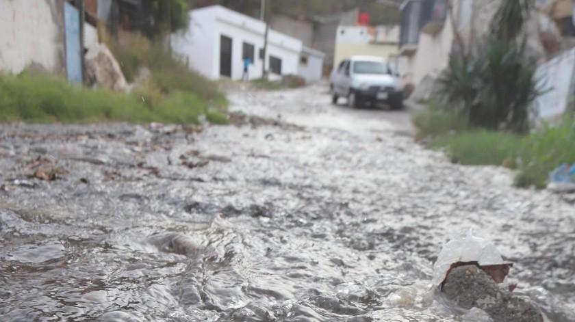 Cientos de litros de agua potable corrieron por la calle Ángel Flores en la colonia Cerro de la Campana, en el primer cuadro de la ciudad.