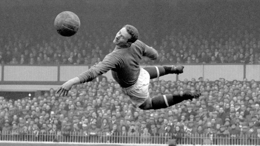 En imagen de archivo del 22 de marzo de 1958, el guardameta del Manchester United, Harry Gregg, se lanza para detener un disparo a la portería.(AP, PA)