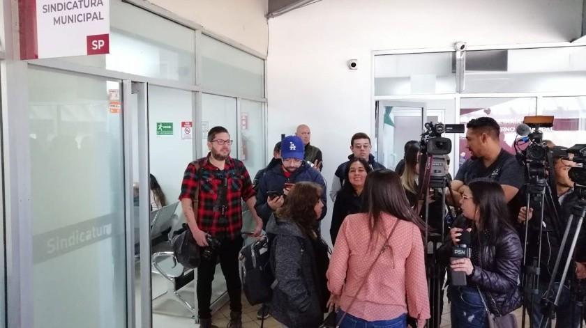 Medios de comunicación esperaban a Juan Manuel Gastélum a la salida de Sindicatura Municipal.(José Ibarra)