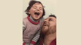 Sirio enseña a su hija a reír por bombardeo ruso