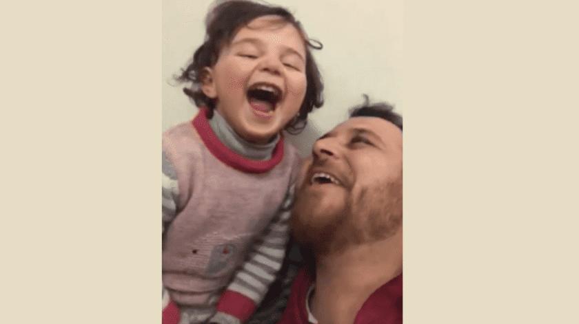Sirio enseña a su hija a reír por bombardeo ruso(Captura de pantalla)
