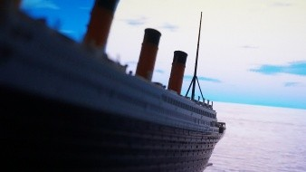 De acuerdo a ABC tendrá el mismo tamaño, la misma distribución por clases, los mismos camarotes y servicios que el mítico barco. Podrán subir 2400 personas y estarán divididas en tres clases.