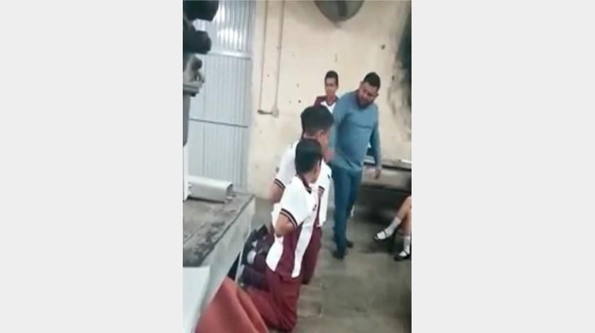 """En un video de poco más de dos minutos que circuló en redes, el maestro Efraín """"N"""", de la Escuela Secundaria Técnica número 1, """"Álvaro Obregón"""", fue captado en medio del desorden.(Agencia Reforma)"""