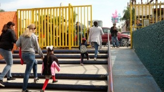 Acompañar a los niños en la entrada y salida es la recomendación de las autoridades.