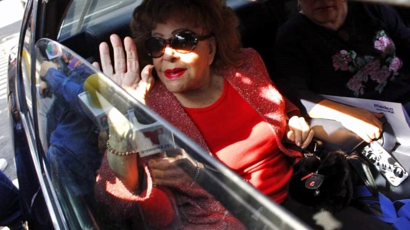Silvia Pinal al salir del nosocomio donde estuvo internada casi una semana.(El Universal)