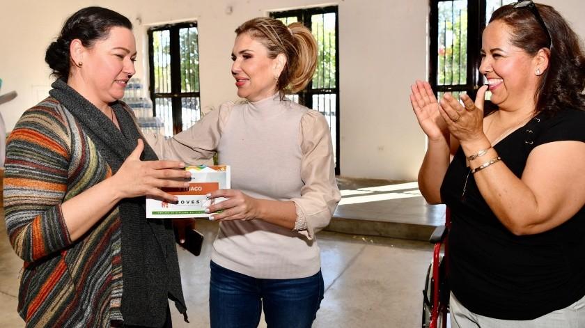 La gobernadora Claudia Pavlovich recorrió varios municipios de la zona serrana, donde dialogó con los habitantes y les entregó apoyos.(ESPECIAL)