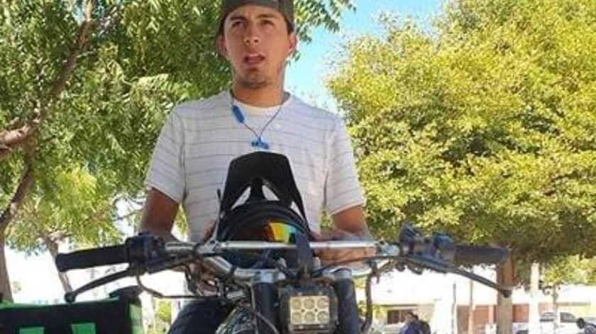 Con su moto y su gran corazón, busca defender a mujeres y niños en peligro