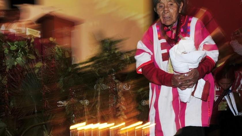 """Una mujer indígena participa el lunes 8 de noviembre de 2010 en la inauguración del Seminario Internacional de Lenguas Indígenas """"Dialoguemos sobre la diversidad lingüística"""".(EFE)"""