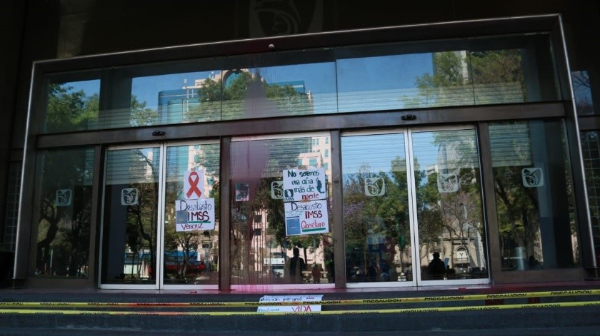 Pacientes con VIH lanzaron pintura roja a la sede del IMSS en Paseo de la Reforma.(EL UNIVERSAL)