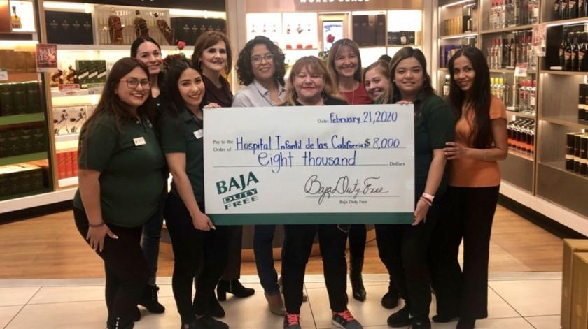 Rosa Elena García, directora de la Fundación para los Niños de las Californias recibió el cheque por la cantidad recaudada de 8 mil dólares de manos de Irene Rojas, Gerente de Mercadotrecnia de Baja Duty Free.(Cortesía)