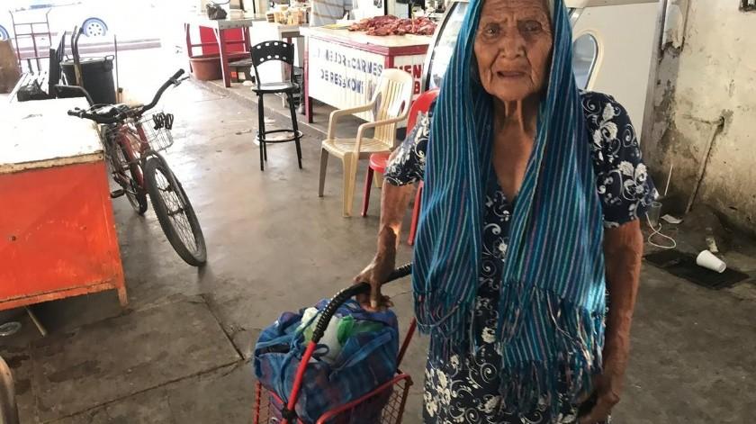 La señora Lucía Sombra Mesa, a sus 101 años, vende chiltepín en algunos puntos de Navojoa.(Jesús Palomares)